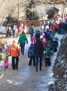 A helyi és máshonnan érkező iskolások számára is sok izgalmat tartogat ez vidám temetés