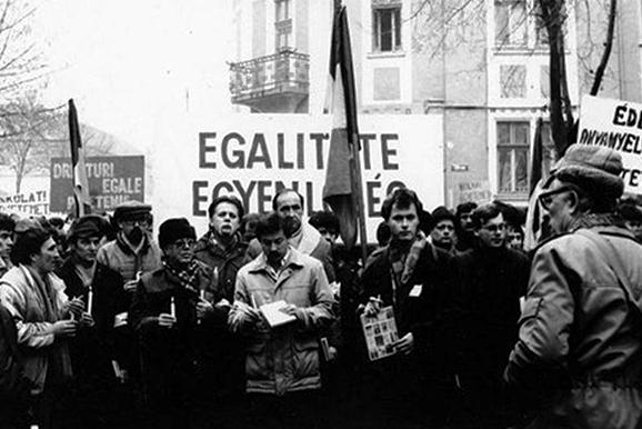 Az emlékezetes könyves-gyertyás tüntetés Marosvásárhelyen