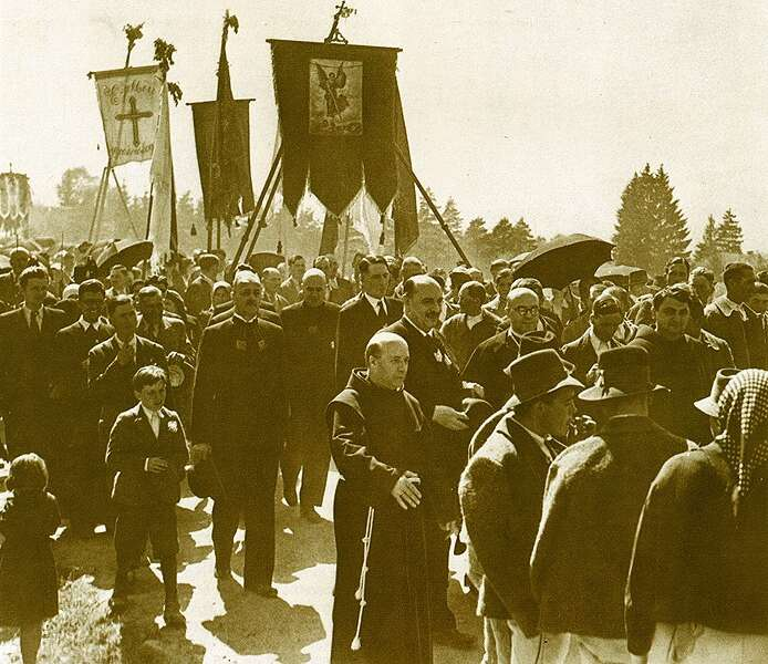 Búcsúra igyekvő zarándoko az 1930-as években (Az Országos Széchenyi Könyvtár gyűjteményéből)