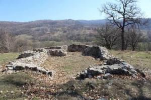 Az erdővidéki falura ma két látható rom emlékeztet, ám a szakirodalom és lappangó dokumentumok ennél jóval bőségesebbek. Fehér János