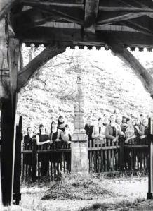 Diákok Orbán Balázs sírjánál - 1970 táján készült felvétel (Ozsváth Pál hagyatékából)