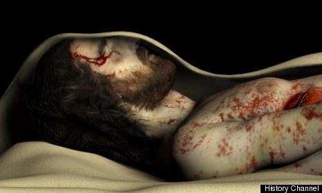 A számítógépes animáció oldalsó helyzetből ábrázolja a lepelbe burkolt (ideiglenesen) eltemetett fiatal férfit