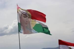 Szűz Máriás zászló a tömeg felett (Farkas Antal felvételei)