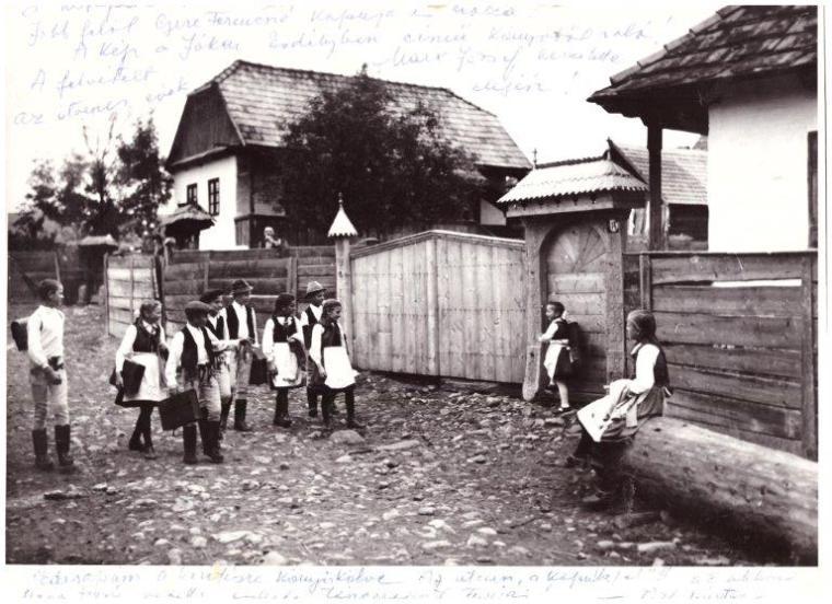 Iskolás gyermekek a Tóth utcában (1950-es évek)