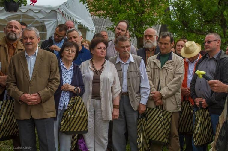 A kiállító művészek csoportja- A meghívottak közül ketten - Kubunyi Anna és Kusztos Endre - időközben elhaláloztak, azonban, aki tehette, külföldről és Erdély különböző tájairól igyekezett időt szakítani a jelenlétre