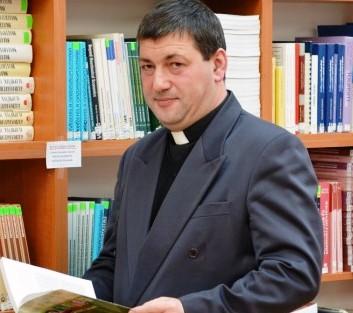Sebestyén Péter, a marosvásárhelyi Ady-negyed római katolikus templomának plébánosa, rádiós műsorvezető, író