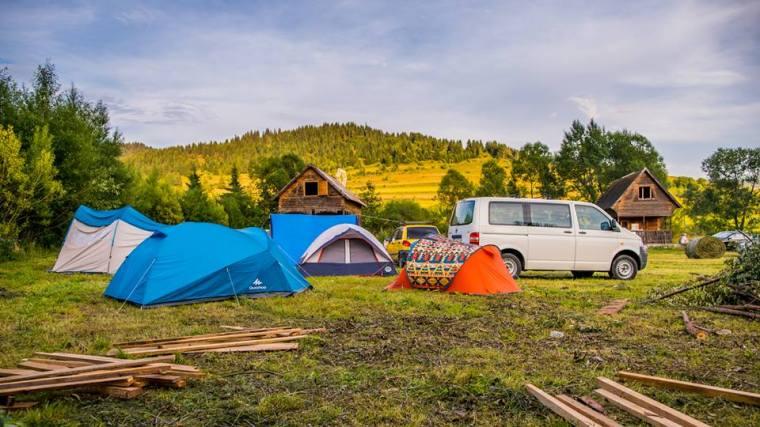 Javában zajlik a táborhelyszín kiépítése a 3-as kilométerkőnél