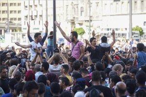 Illegális bevándorlók tüntetnek Budapesten a Keleti Pályaudvarnál
