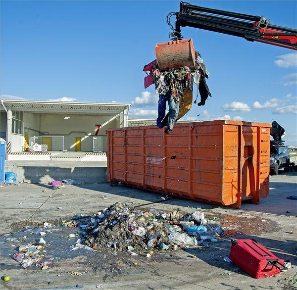 Nickelsdorf, 2015. szeptember 6. Továbbutazó illegális bevándorlók által hátrahagyott holmik és szemét a magyar-osztrák határ ausztriai oldalán, Nickelsdorfnál (Miklóshalma) 2015. szeptember 6-án. MTI Fotó: Krizsán Csaba