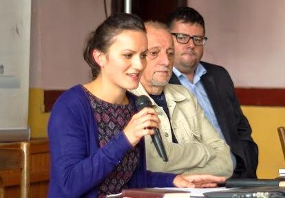 Sófalvi Emese, a konferencia szervezőtitkára munka közben, Pávai István és Bali János társaságában