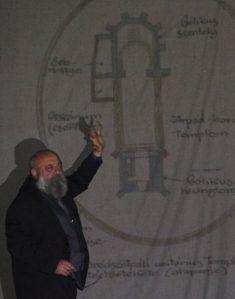 Gyöngyössy János bemutatja a templomról és a Kornis-kastélyról készült rekonstrukciós rajzokat