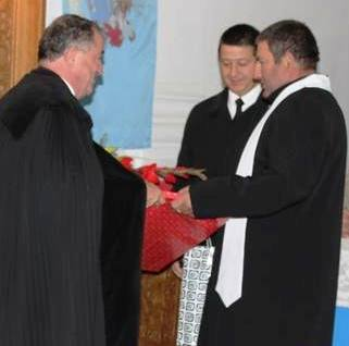 Bálint Benczédi Ferenc püspök átveszi a gyülekezettől a jelképes ajándékokat