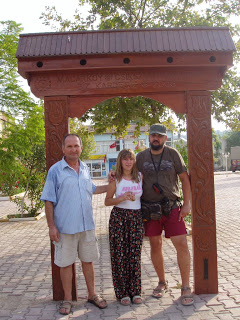Magyar turisták a csíkszentdomokosiak által ajándékozott székelykapu előtt