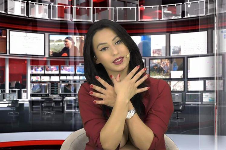 Enki Bracaj, az albán Zjarr televízió hírolvasója élő adásban próbálta ki az új módszert, amellyel be lehet kerülni a média élvonalába. Állítása szerint a szüleivel egyeztetett, amikor rászánta magát, hogy feldobja a műsor nézettségét