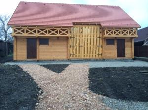 A csűr formájában a hagyományos székelyföldi építkezés stíljegyeit igyekszik követni
