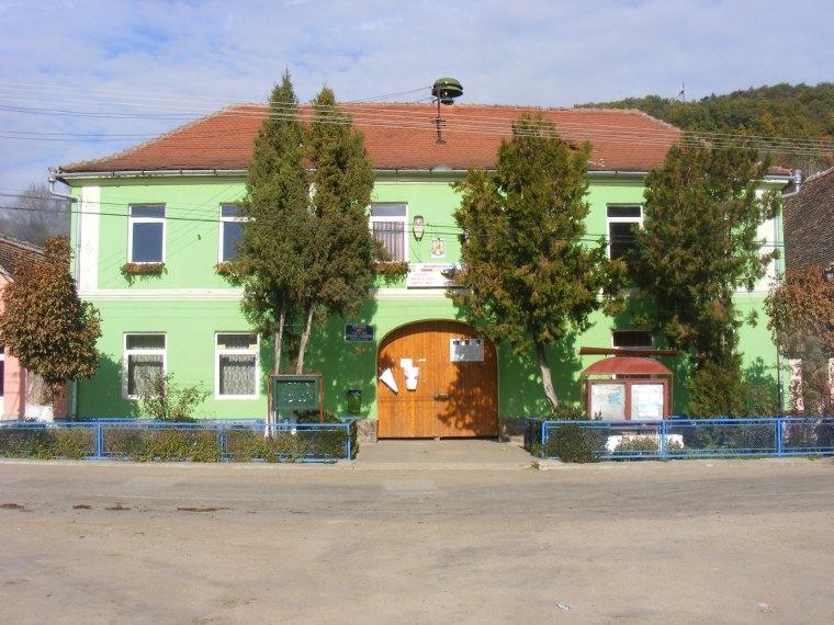 ... a községháza maga pedig az elrettentő példa, arra, ahogyan nem szabadna hozzányúlni ezekhez az épületekhez