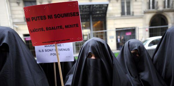 Párizs, 2010. január 26. A Ni putes ni soumises nõjogi szervezet aktivistái a burkaviselet tilalmának támogatásáért tüntetnek a kormányzó Népi Mozgalom Uniója, az UMP párt párizsi székháza elõtt 2010. január 26-án. Ezen a napon hozták nyilvánosságra azt a parlamenti bizottsági javaslatot, amelynek értelmében megtiltanák az egész testet befedõ, a szemet is eltakaró muzulmán nõi ruha, a burka viseletét a közintézményekben és a tömegközlekedésben. (MTI/EPA/Yoan Valat)