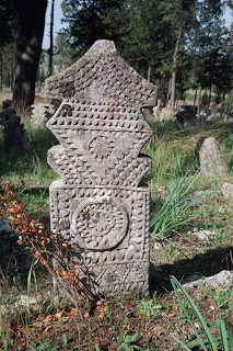 Egy míves faragású sírkő beazonosítatlan motívumokkal