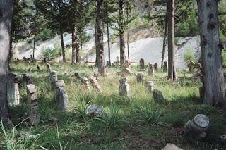A régi temető sírkövei