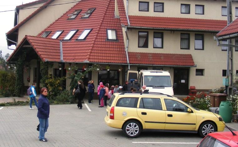 A bentlakásos iskola a környék magyar szórványát szolgáló intézmény