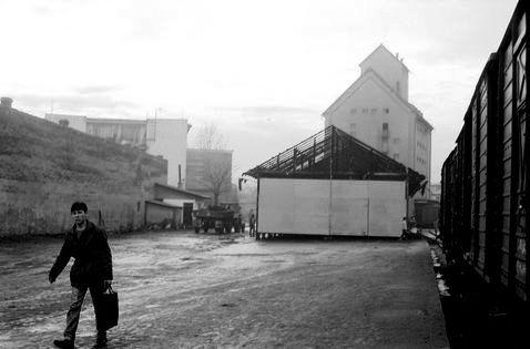 Egy városi legenda szerint ez az állomás melletti raktár már december 21-én kiégett. Valakik benzines-palackot dohattak az épületre (Szabó Károly felvétele)