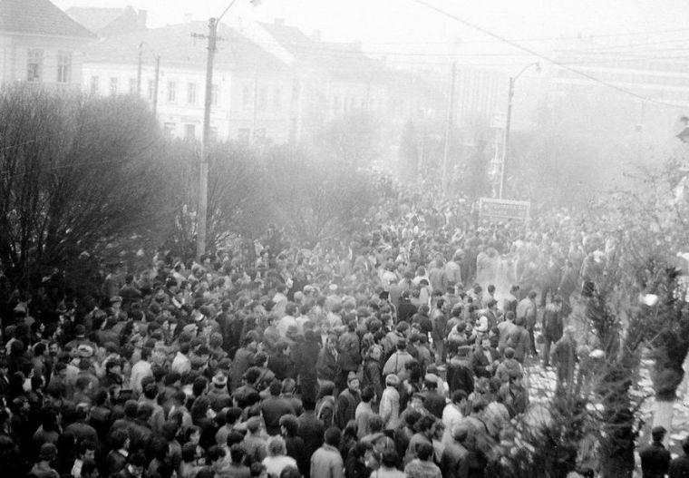 Hatalmasra duzzadt a tömeg a Városháza előtt