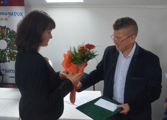 Adorjáni Anna átveszi a Székelyföld-díjat Fekete Vincétől, a folyóirat főszerkesztő-helyettesétől (Fotó: www.hargitamegye.ro)