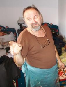 Sütő Levente Lehel a Dalai Lámának is ajándékozott ládát (Simó Márton felvétele)