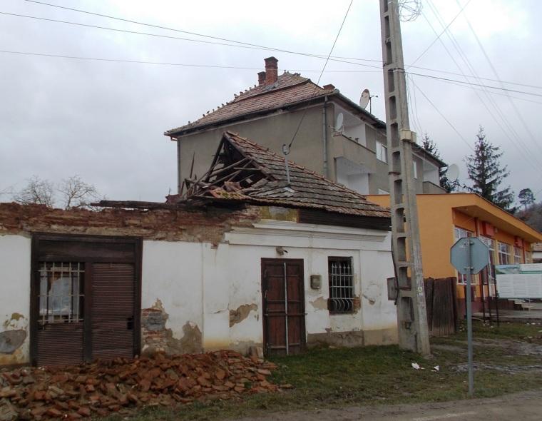 Vannak még felújításra álló épületek, s az összképen is jó lenne javítani...