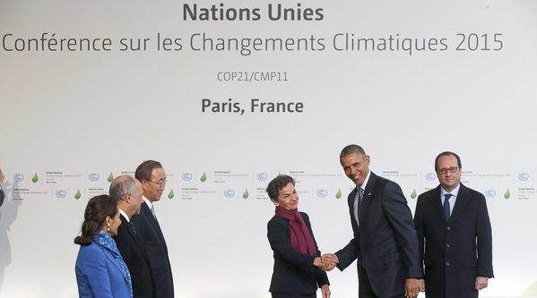 A klímacsúcsra mintegy 40 ezer részvevő hivatalos, számukra és a párizsiak számára is ingyenessé tették a tömegközlekedést. A klímacsúcs helyszíne metróval és külön buszokkal problémamentesen és gyorsan megközelíthető. A rendőrség ugyanakkor azt kérte a párizsiaktól, hogy a tömegközlekedést se használják, ha nem muszáj, és inkább maradjanak otthon hétfőn. A munkáltatókat pedig a hatóságok arra kérték, hogy engedélyezzék hétfőn az otthoni munkát vagy szabadnap kivételét a dolgozóiknak. A Le Bourget repülőtéren kialakított pavilonvárosba, ahol Franciaország eddigi legjelentősebb diplomáciai eseményét rendezik meg december 11-ig, egy hatalmas csarnokon keresztül juthatnak be a delegáltak és a mintegy 3 ezer újságíró. A repülőtéri ellenőrzésekhez hasonlóan mindenkinek fémkereső kapukon kell áthaladnia, és a csomagokat is átvilágítják az ENSZ alkalmazottjai. (Fotó: AFP)