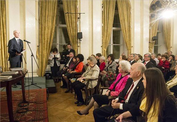 Balog Zoltán, az emberi erőforrások minisztere a Károlyi-palotában (PIM) köszönti a nyolcvan éves Makkai Ádámot