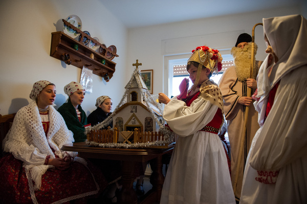 Angyal beszél egy ház szobájában Tevelen 2013. december 8-án. A szellemi kulturális örökség nemzeti listájára idén öt elem kefrült fel, köztük a bukovinai csobánolás.