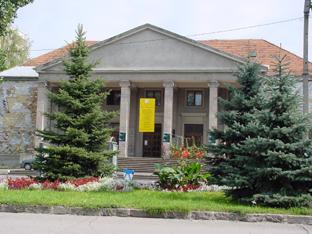 A Csíki Játékszín Csíkszereda régi művelődési házában üzemel