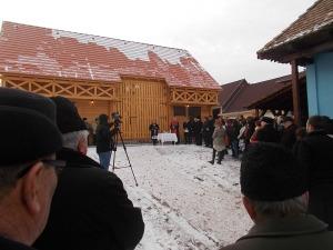 Helyi érdeklődök és meghívottak népesítették be az udvart