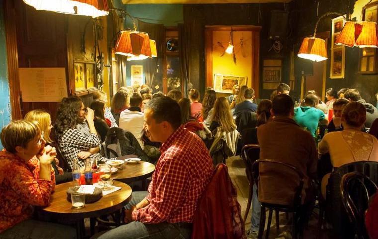 Működés közben a G. Café. Kultúrával telt ház van, a kiszolgálás zavartalanul üzemel, történnek az események. (Fotó: Szabó Károly)
