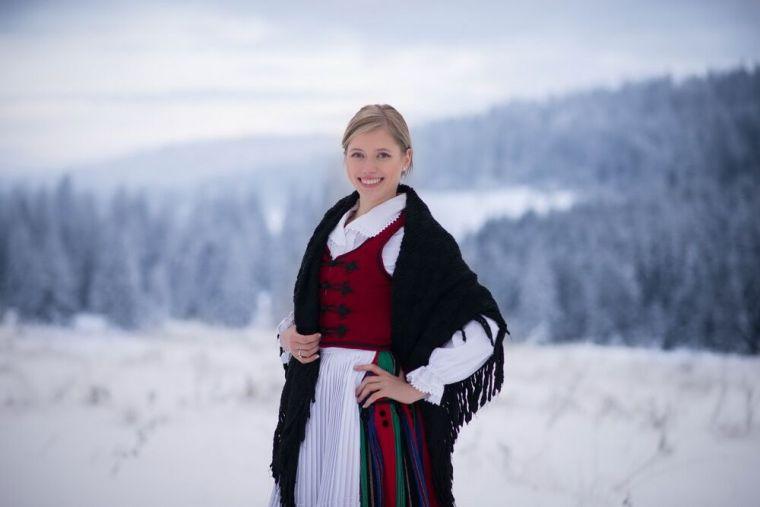 Téli tájban hárászkendővel - Dávid Botond felvétele