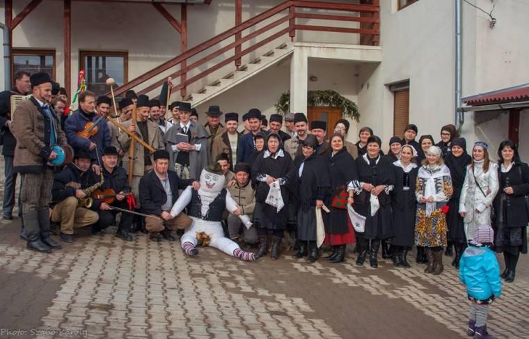 Az Ilyést kísérő végtisztességtevők gyülekezete Fotó: Szabó Károly