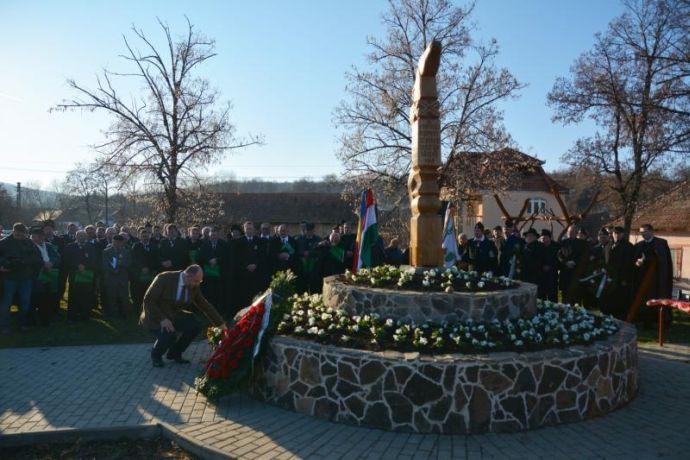 A kopjafa, amely az 1848-ban, a forradalom oldalára átállott 32 bágyoni huszárnak állít emléket (2015)
