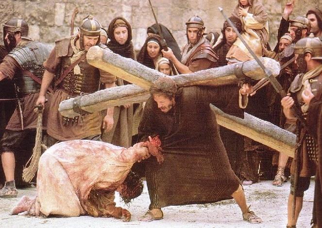 Amikor elvezették őt, megragadtak egy bizonyos cirénei Simont, aki a mezőről jött, és rátették a keresztet, hogy vigye Jézus után. A népnek és az asszonyoknak nagy sokasága követte őt, akik jajgattak, és siratták őt. (Lk 23,26-27). Cirénei Simon nem önszántából segített, viszont a kényszer alatt végrehajtott cselekedet által maradt fenn az emlékezetünkben, míg az őt erőszakkal odaállító katona neve ismeretlen