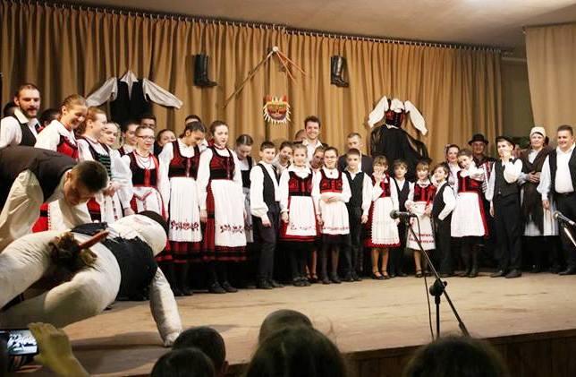 Ilyés a színpadon, illetve a fellépők, kicsik és nagyok vegyesen (Farkas Antal felvétele)