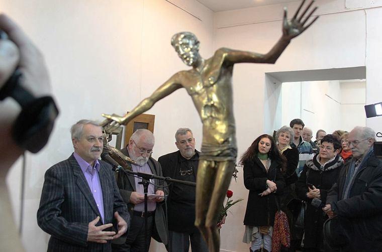 A megnyitóünnepségen Nagy Miklós Kund méltatja Gyarmathy munkásságát (Fotó: Bálint Zsigmond)