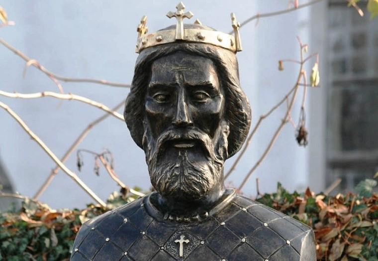 Nyárádszentlászlón, a művész gyermekkorának helyszínén áll ez a Szent László királyunkat ábrázoló szobor (2010)