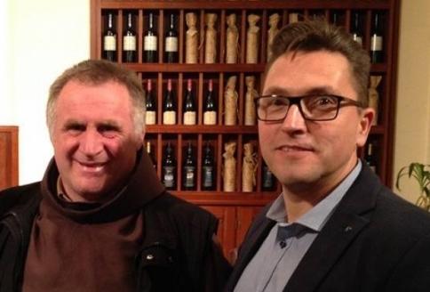 Böjte Csaba szerzetes és Kovács Ákos énekes március 2-án, Budapesten a felajánlás bejelentésekor (Fotó: Magyar Kurír)