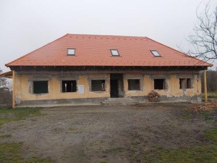 Viszonylag könnyen készülhet hagyományos feljáró és tornác az egykori tanítói lakás, a majdani Közösségi Házhoz