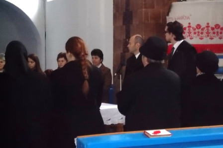 A helyettesítő lelkész és a legátus úrvacsorát oszt