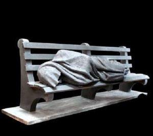 Ferenc pápa szokatlan Jézus-szobrot kapott ajándékba 2011 novemberében: Timothy Schmalz a Megváltót padon alvó hajléktalanként ábrázolja (Forrás: orokvaros.network.hu)