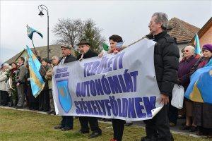 Csütörtök délután a sepsiszentgyörgyi Turul téren tartott gyűlést a Kézdiszéki Székely Tanács a Székely Szabadság Napja alkalmából, akárcsak Marosvásárhelyen, itt is autonómiát, közösségi jogokat követeltek a részvevők (Fotó: Kátai Edit/ MTI)