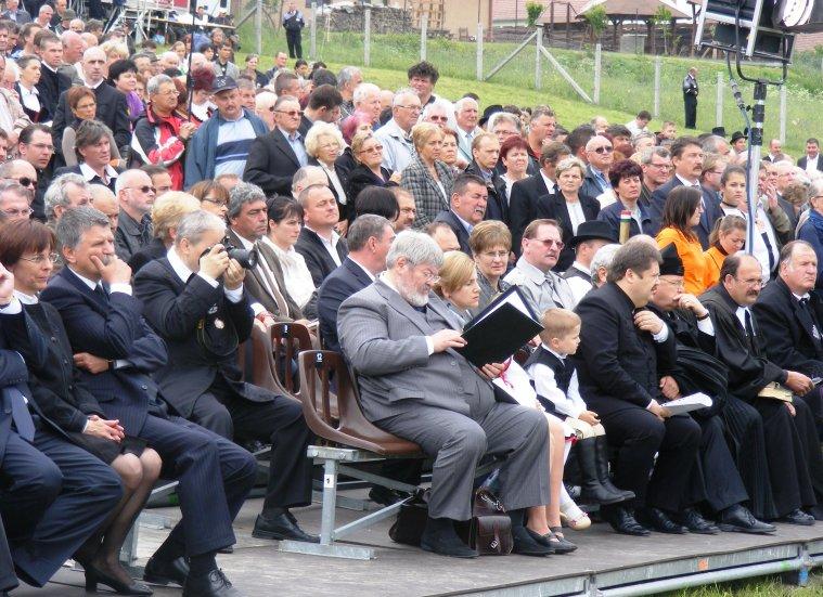 Próbálkozás Nyirő József méltó temetésére Székelyudvarhelyen 2012. május 27-én. A feltételezések szerint az író hamvai Szőcs Géza táskájában rejtőztek a szertartás alatt, majd visszakerültek ismét Budapestre, ahol ismeretlen helyen őrzik (Simó Márton felvétele)