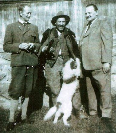 Középen Úz Bence, azaz Pál Sári János 1882-1962)(