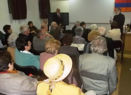 A közönség egy része, illetve Minier Ottó, az Örmény Club ügyvezető titkára és Szász Tibor Dénes tiszteletes a Városi Könyvtár alagsori terméban